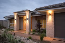 Удивительный экстерьер с интересными фасадными светильниками